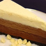 TORTA SA SIROM I ČOKOLADOM: Jedna torta, tri vrste čokolade za pravi užitak