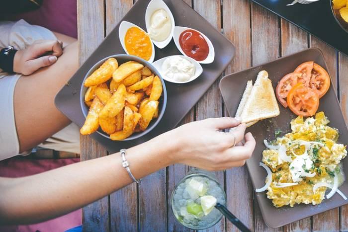 NAVIKE OPASNE PO ZDRAVLJE: 7 stvari koje ne smijete raditi poslije jela