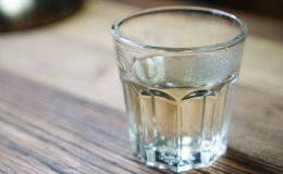 Znate li da nije dobro piti vodu koja je preko noći odstajala u čaši? Evo zašto!